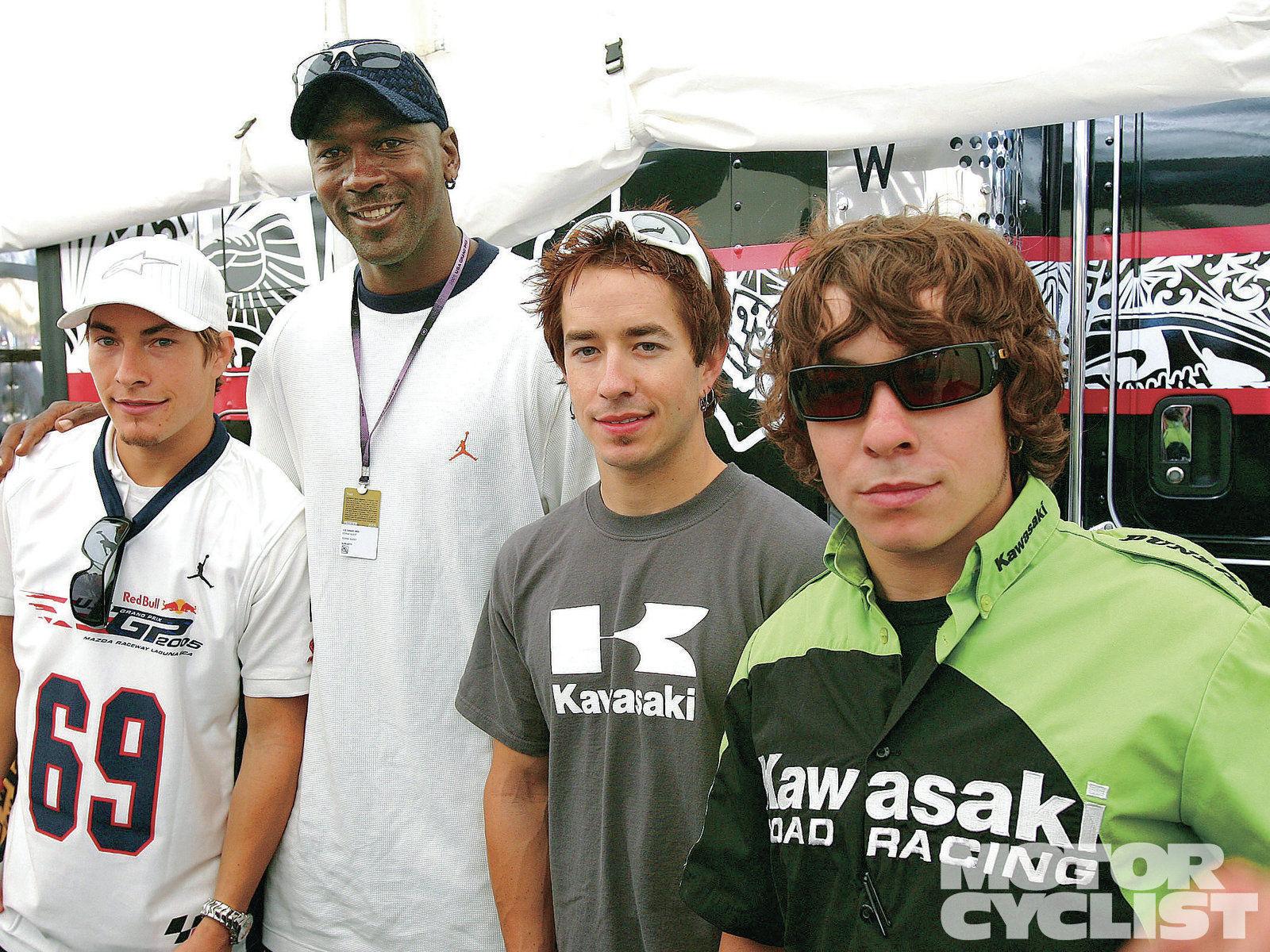 因比賽多半在歐陸舉行,但只要在如Laguna Seca 的美國賽道比賽,思念Nicky Hayden的一家人絕對會到場,給予他最需要的真誠問候和安慰 (左而右: Nicky Hayden,Michael Jordan, Tommy & Roger  Hayden)     Photo:motorcyclist