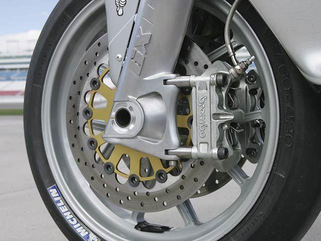 前輪軸心鎖附的是一個可更換的套件,能依據賽道狀況調整拖曳距,滑套外管也有不同抗扭程度的選擇