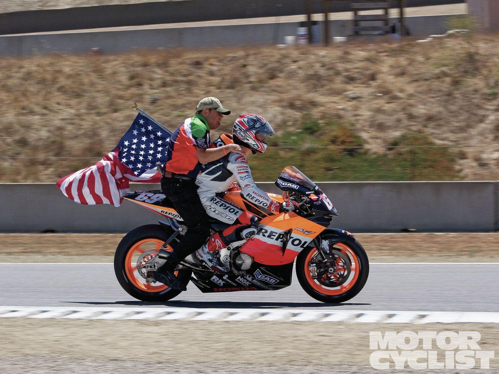 2005年Nicky Hayden 在Laguna Seca 獲勝後載著父親繞場     photo:motorcyclist