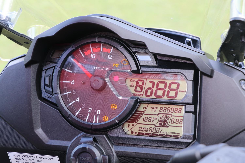 儀表的造型沒有太大變化,但是故障燈號改為引擎圖案