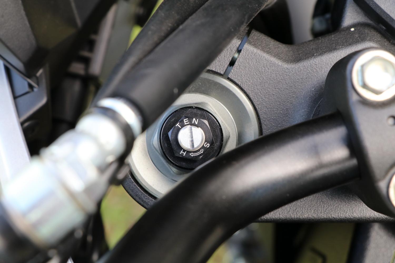 前叉為預載、壓縮回彈可調的設計