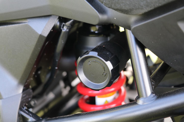 同時後避震也是採用預載、回彈可調的設計,並且透過旋鈕就可以輕鬆調整