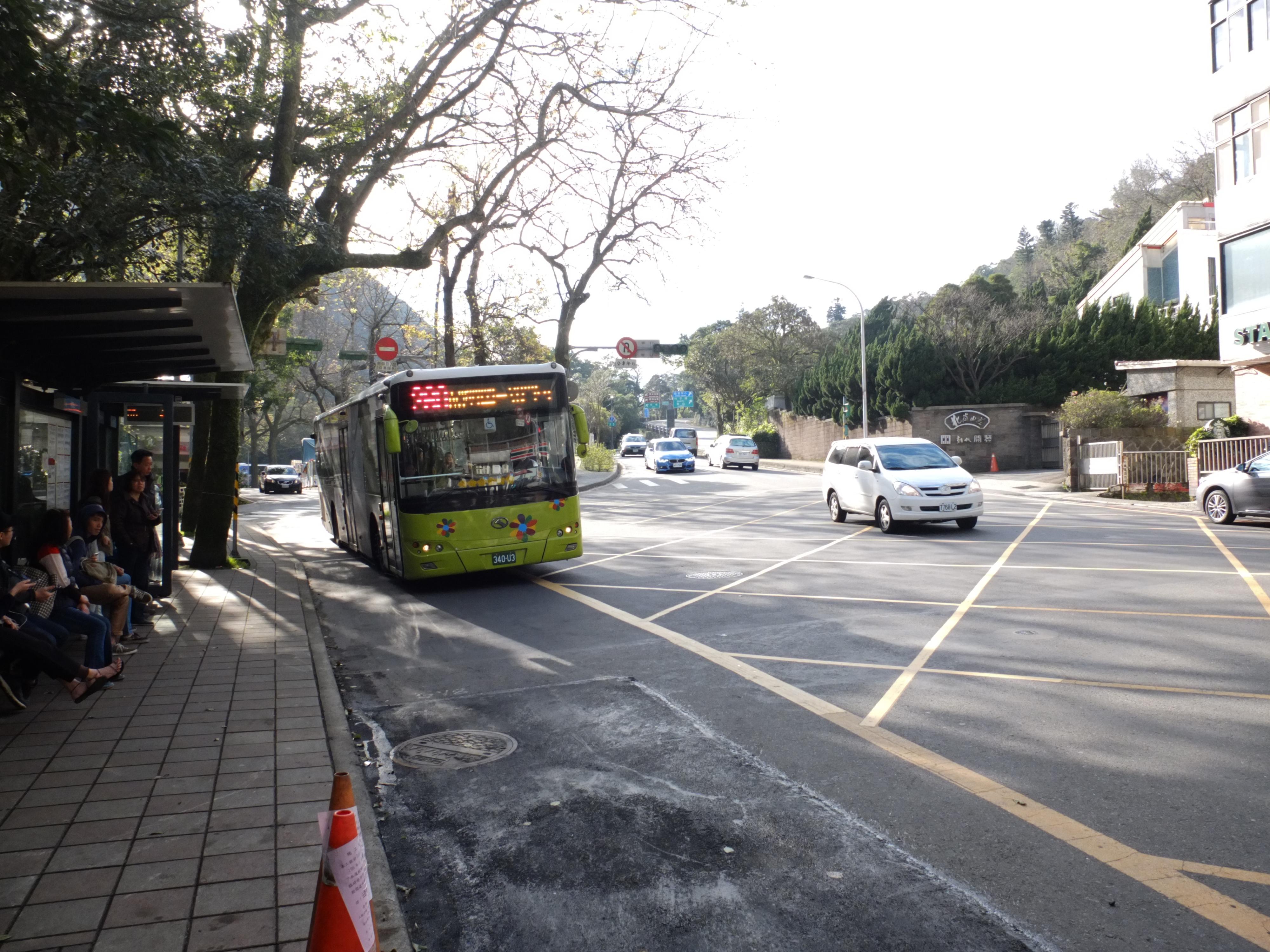 陽投公路(勝利街)與陽金公路(湖山路一段)交接處,日據時代就有公共汽車循此往返北投與陽明山區。