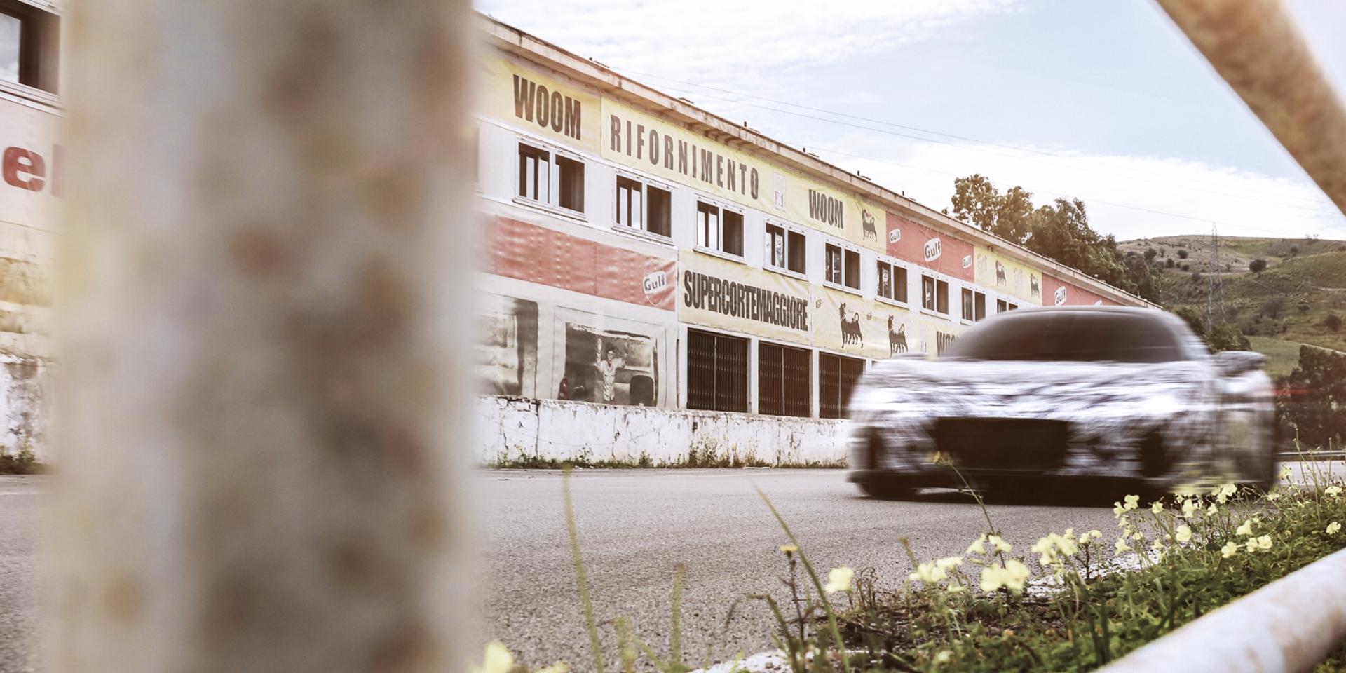 """官方新聞稿。Maserati MC20客製塗鴉原型車亮相!致敬""""無冕之王""""Stirling Moss爵士"""