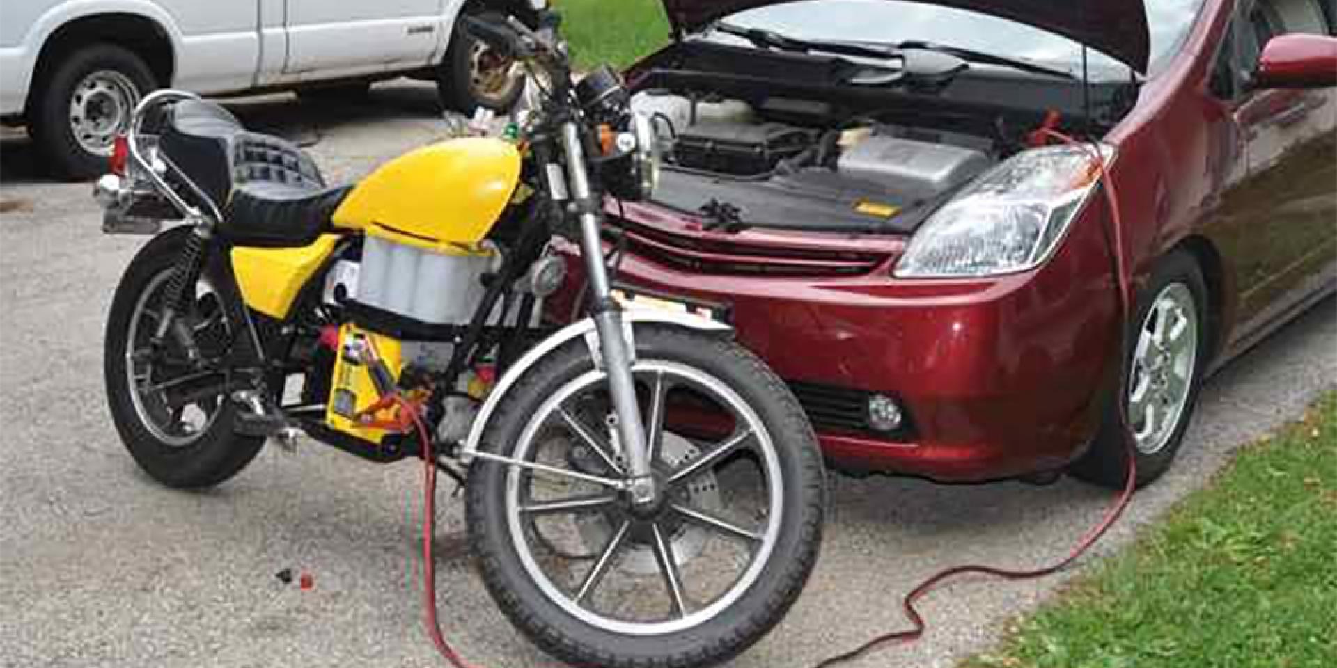 救車冷知識。機車沒電怎麼辦?能用汽車幫機車接電嗎?