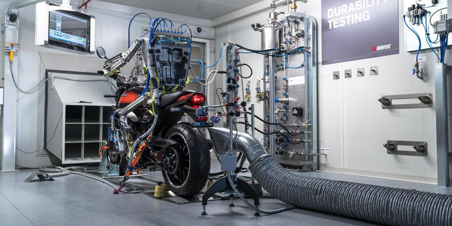 機器人幫你騎機車。AKRAPOVIC排氣管推出全新耐久實驗室