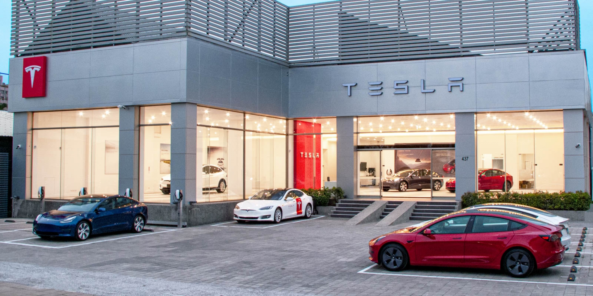 官方新聞稿。南臺灣首座 Tesla Center 高雄服務體驗中心開幕 台灣迎來第一萬名車主 Model 3 白色內裝現貨車首次限量開放