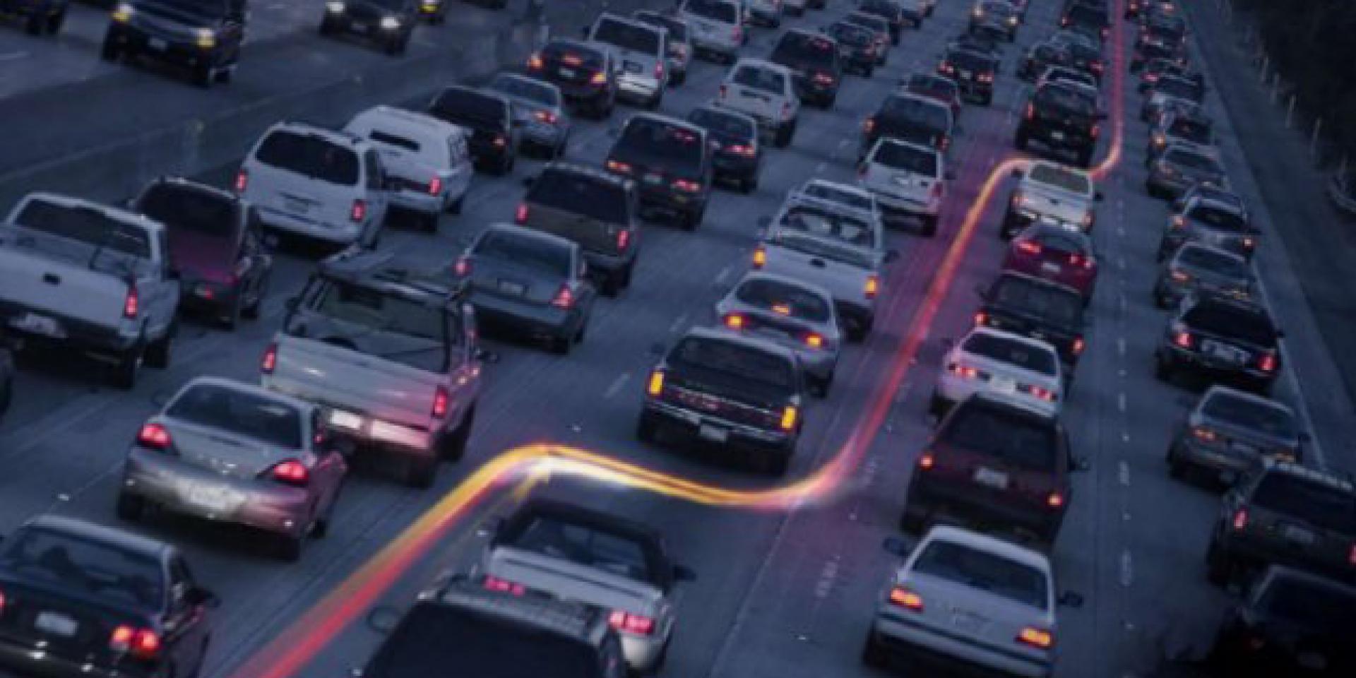 合法車道分割,人家這樣做 - 加州公路警察:請留一些空間讓摩托車在車道間行駛。
