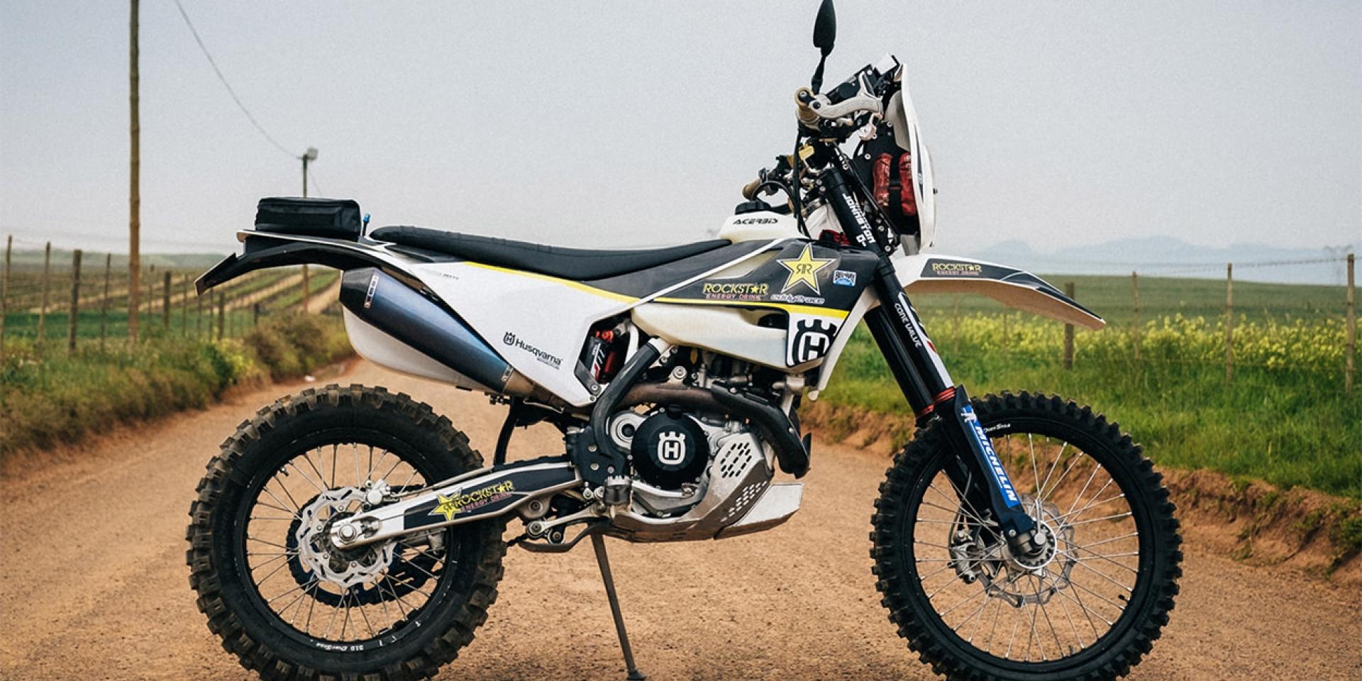 拉力拉起來!刷一整排泥巴!拉力戰鬥版HUSQVARNA FE 501 by Johnston Moto