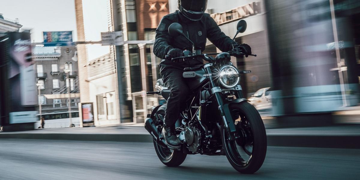 官方新聞稿。Svartpilen 250 勁黑騎士 隆重登場 : 建議售價213,000元,購車加贈精品禮券3,000元
