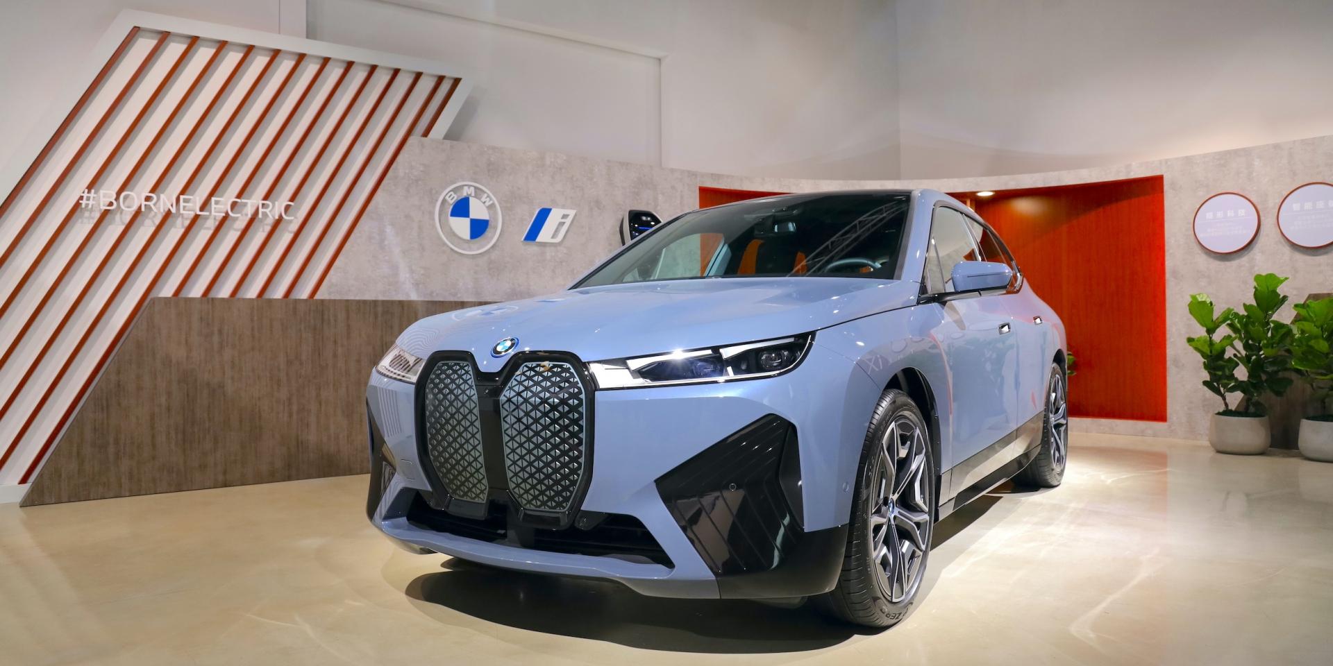 車都沒看到接單數破三百台!BMW首款純電休旅iX 316萬元起滿電上市
