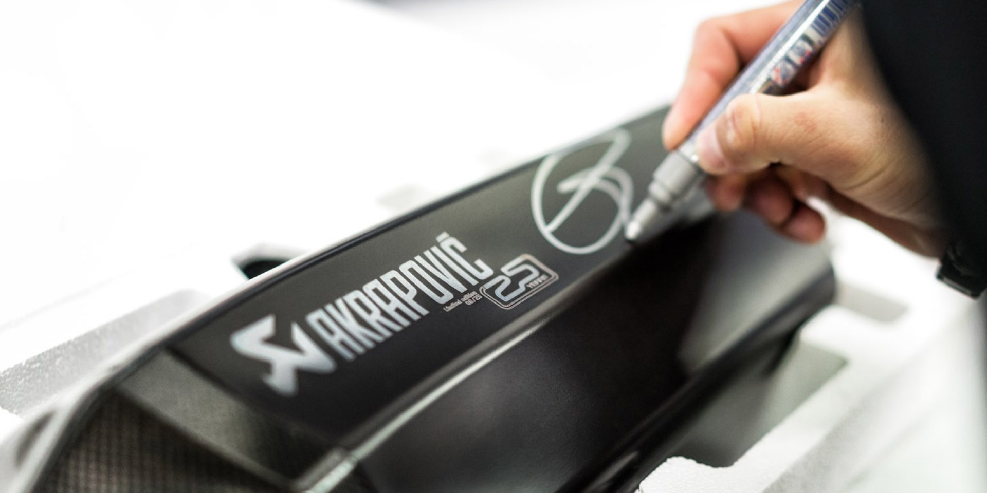 Akrapovič排氣管 25周年紀念版。頂尖車手加持更添收藏價值