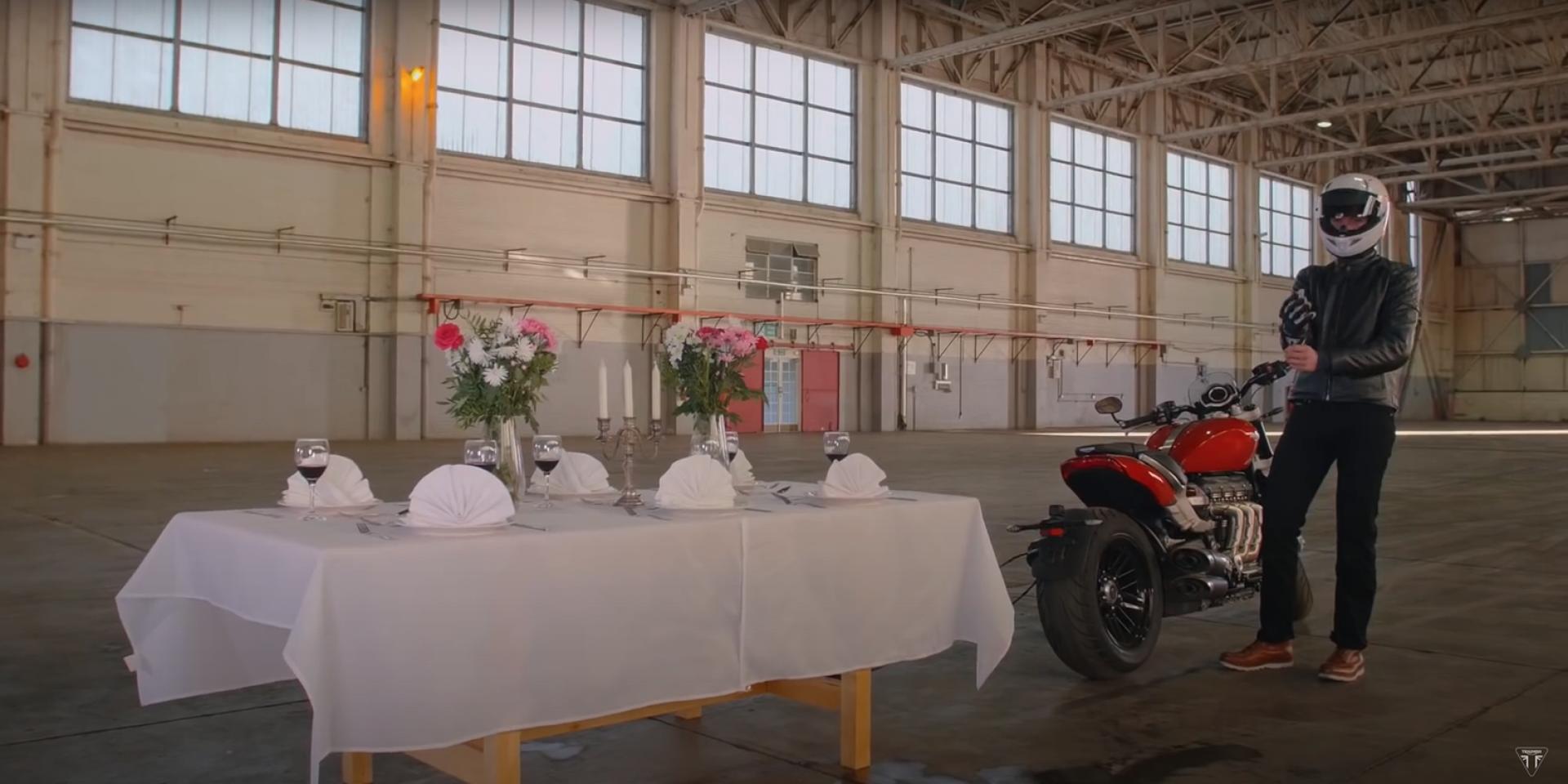叛逆火箭的餐桌考驗!TRIUMPH ROCKET 3 R 挑戰抽桌巾特技。