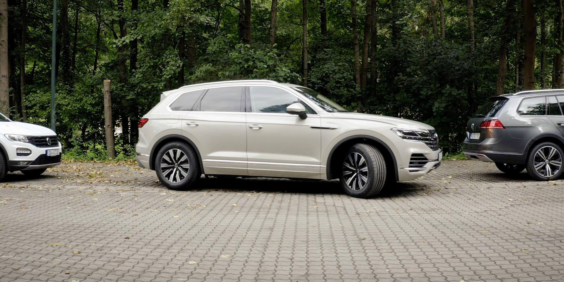 用手機幫你停車!Volkswagen推出「遙控」自動停車系統