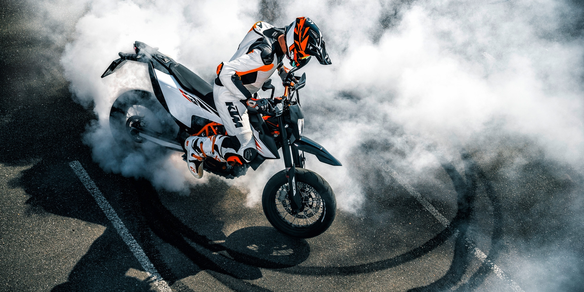 歐洲兄弟滑起來!Supermoto的兩種風情:DUCATI Hypermotard 950 SP vs. KTM 690 SMC-R