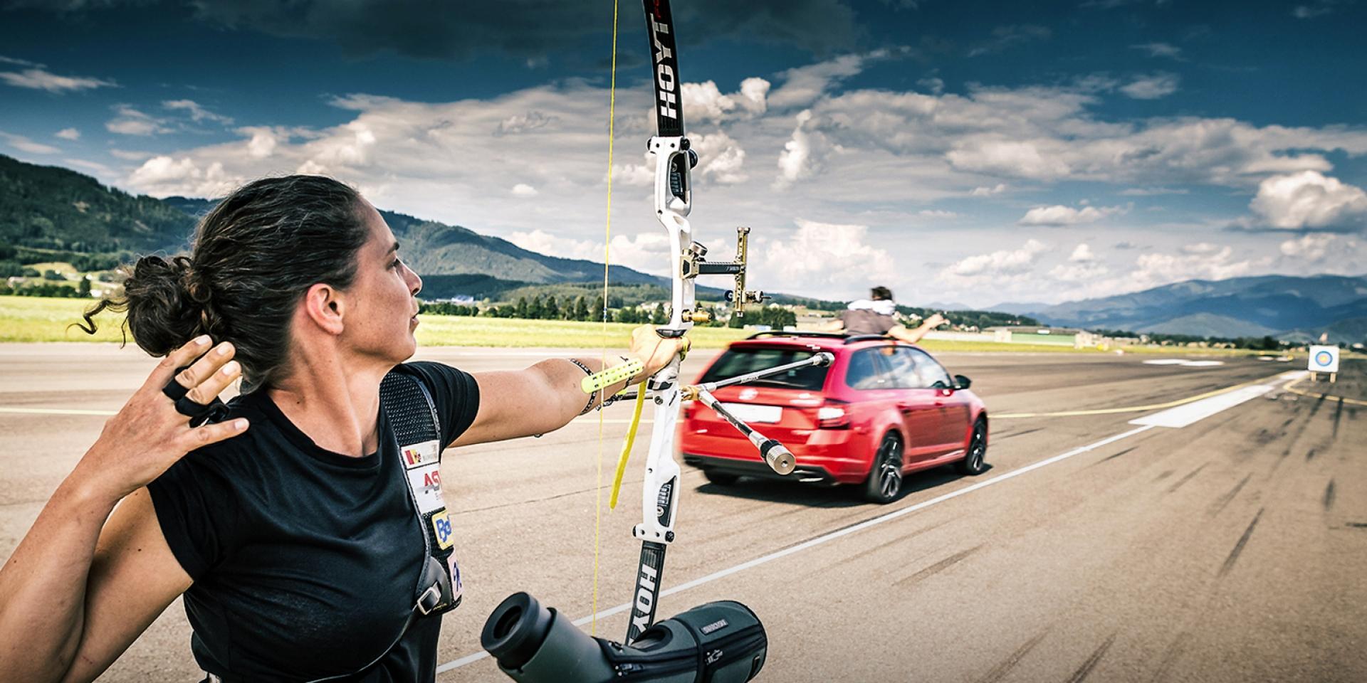 這個廣告似曾相似,Skoda Octavia極速215km/h徒手抓飛箭!
