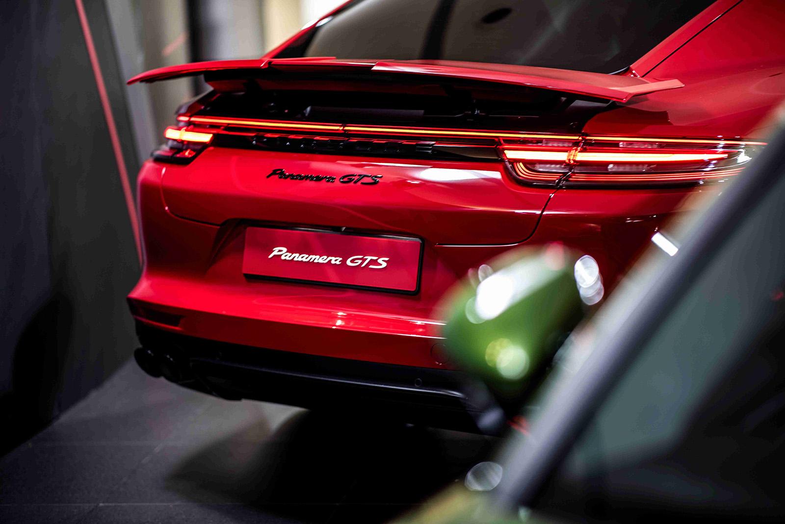 全新Porsche Panamera GTS車系同時配備電動折疊式尾翼