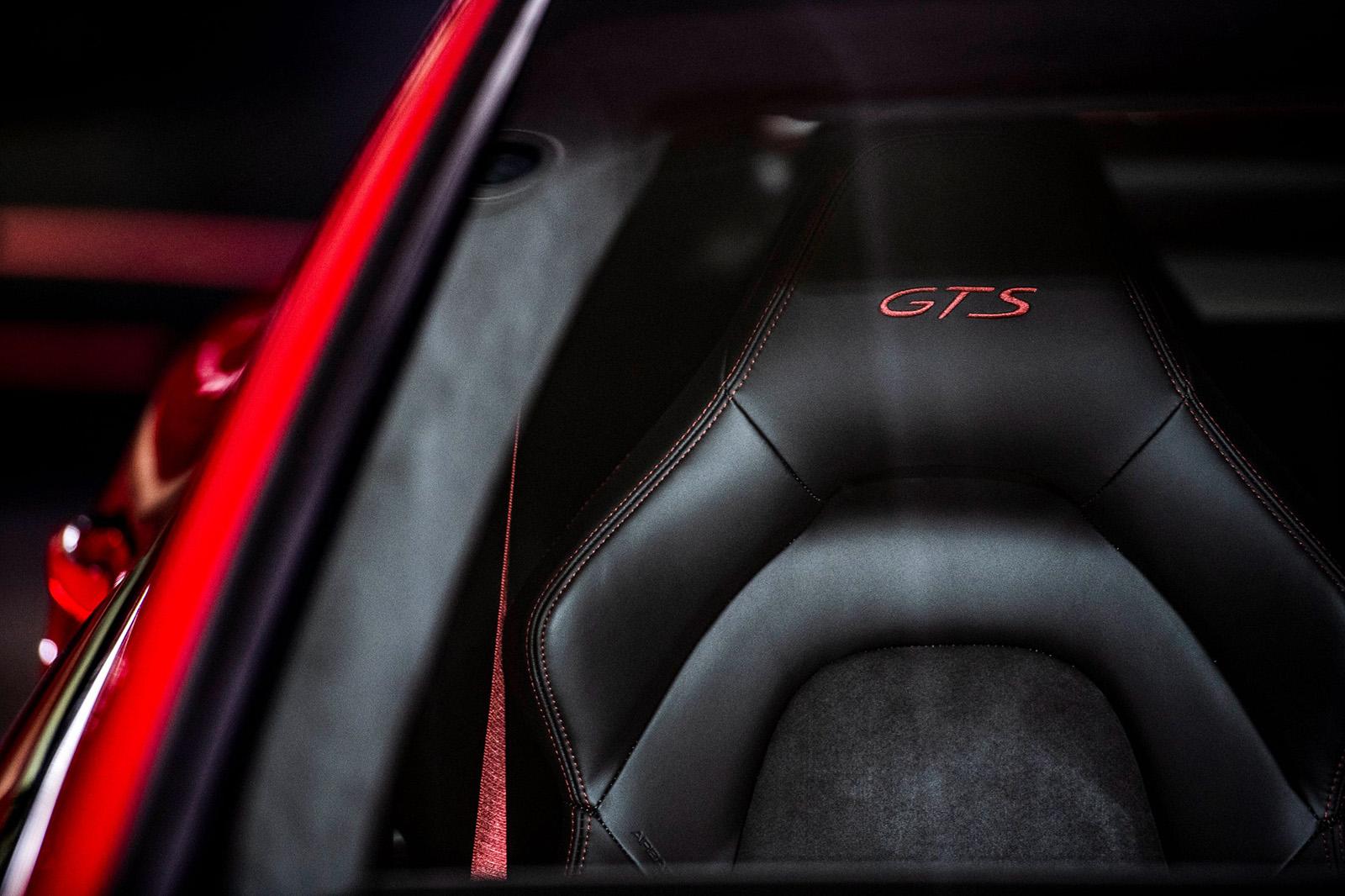 車主亦可依照個人喜好選配GTS專屬內裝套件,如胭脂紅或蠟灰色的轉速錶、內裝縫線,以及GTS 徽飾等,打造獨一無二的專屬座駕