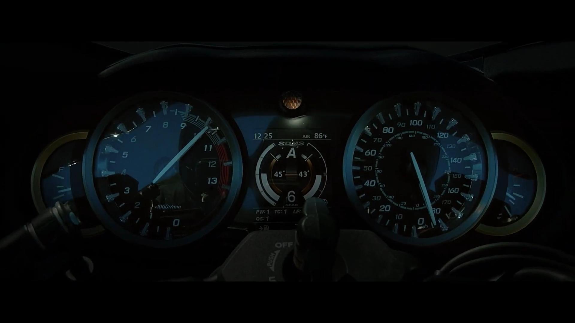 儀錶中央能看到不少電控縮寫,時速錶更是指在驚人的300公里!