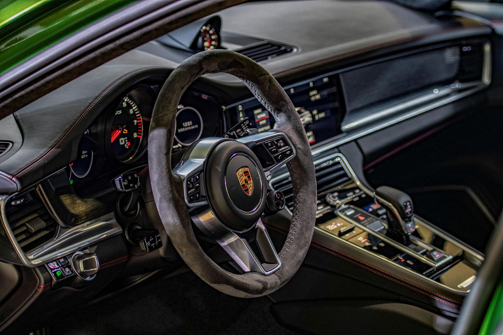 車室內裝採用經典黑色Alcantara麂皮與鋁合金材質搭配設計,另外更配置Alcantara麂皮包覆的多功能加熱跑車式方向盤及換檔撥片