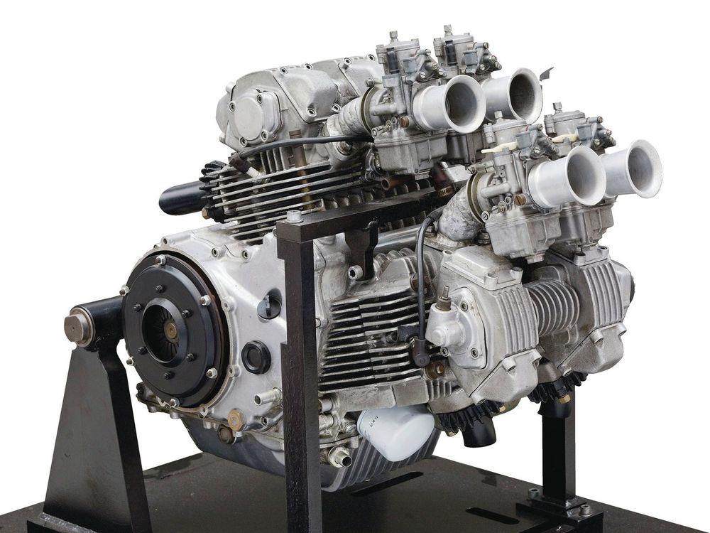 Taglioni 將兩個Panta 的雙缸引擎合併,創造了一具龐大的氣冷V4 引擎