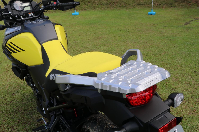座椅造型重新設計之後更容易將腳放下,同時增加了止滑的材料,在後扶手的部份則與椅墊平行,易於乘載物品
