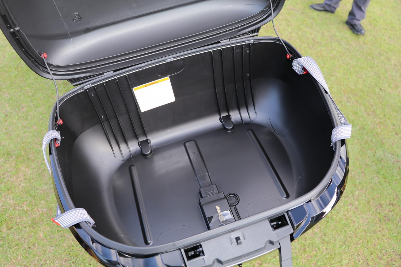可惜的是這個原廠行李箱沒辦法用車輛鑰匙開啟