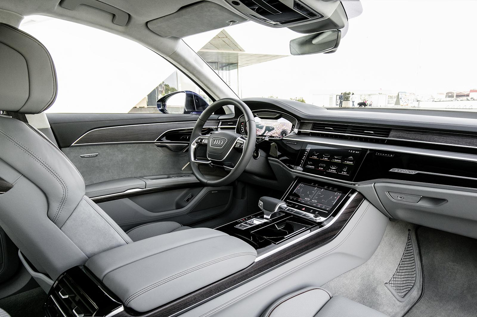 Audi A8 科技旗艦運用全新的Audi Virtual Cockpit全數位虛擬座艙科技,捨棄傳統按鍵與旋鈕設計,首度搭配採用新世代MMI直覺式觸碰控制系統,駕駛者只需以手指點觸按壓或口語指令即可輕鬆操作多媒體影音資訊系統、空調與座椅調整等多項功能,人性化的操作邏輯與駕駛導向的設計令人愛不釋手