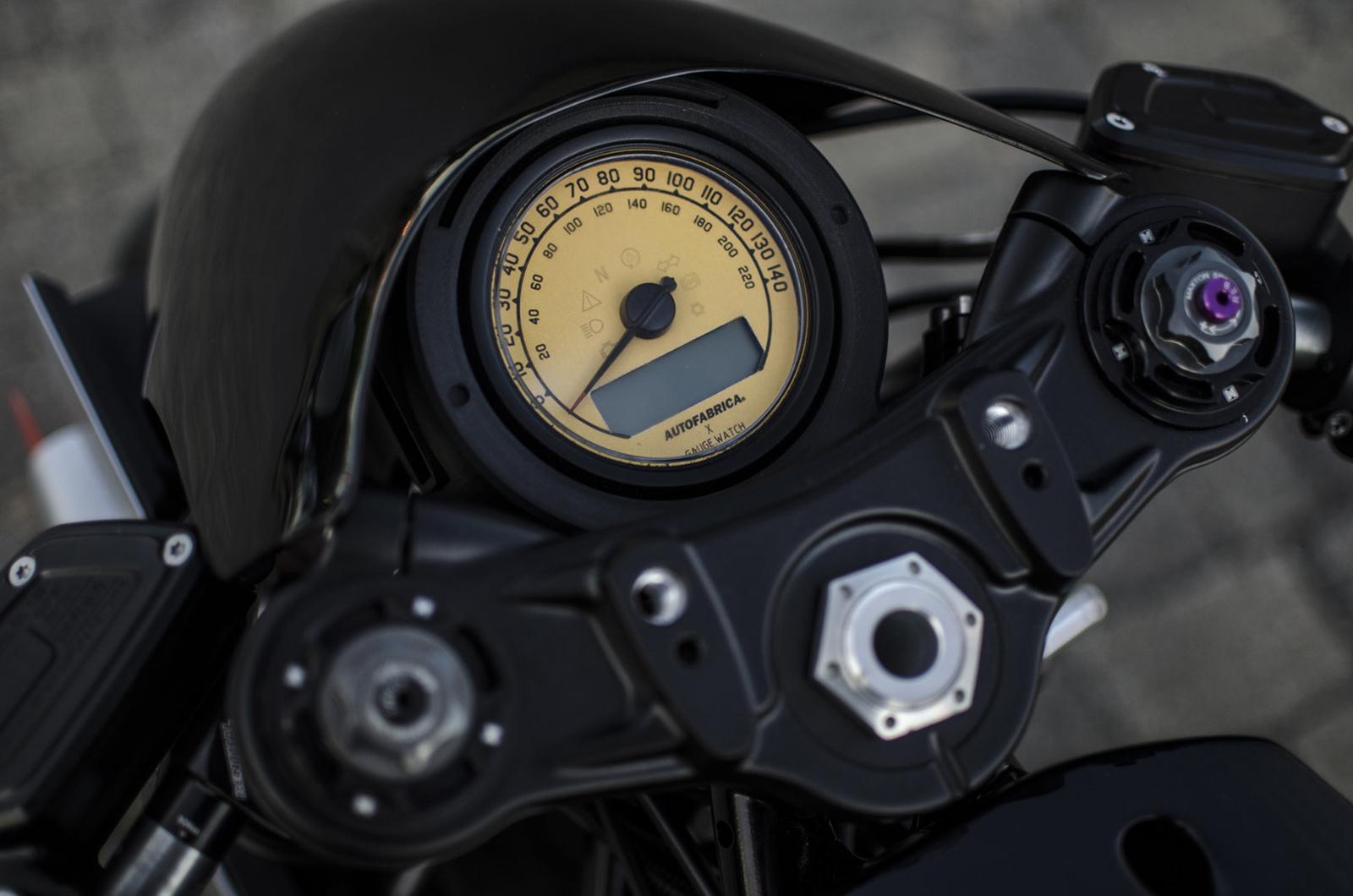 仔細看還會發現儀表上印有Auto Fabrica的字樣