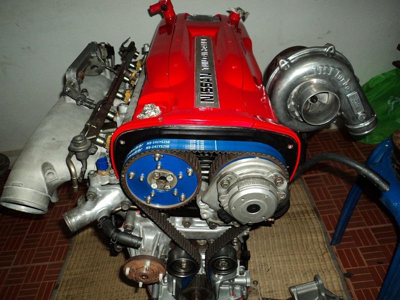 增壓系統都必須佔用相當大的空間才能安裝,圖中為NISSAN知名的RB系列引擎搭配上渦輪增壓系統