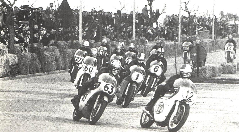 Hailwood騎乘63號賽車與GP上古神獸Agostini的1號賽車同場對陣,兩人也是MV Agusta GP500的隊友