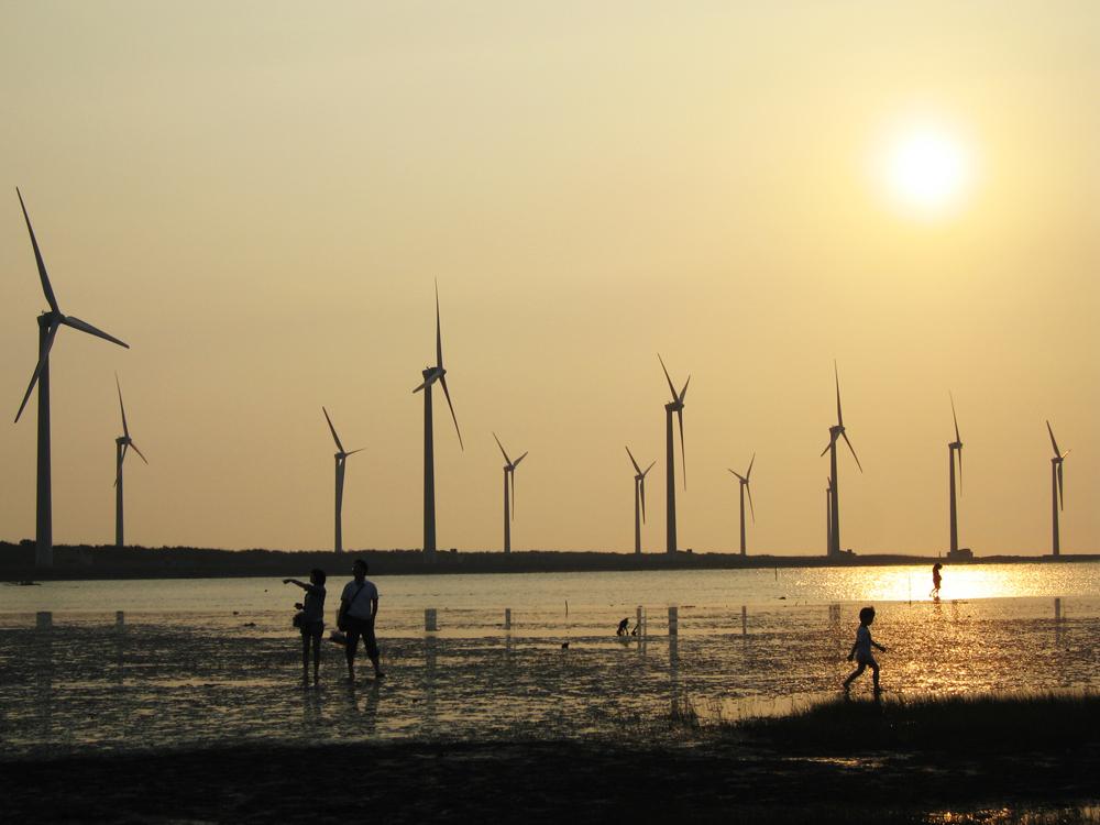 近年台灣的西部海岸線也開始出現眾多風力發電機,但看似環保的發電方式背後其實隱藏全球暖化的巨大危機
